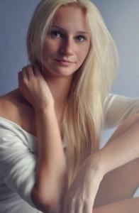 Frau blond schüchtern